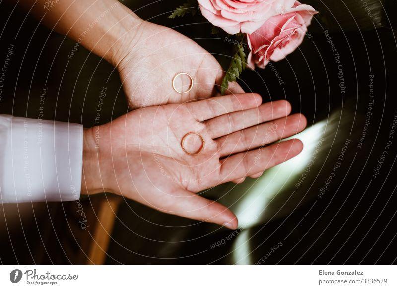 Mann und Frau mit Eheringen in offenen Händen. Feste & Feiern Hochzeit Erwachsene Hand Finger Liebe Zusammensein Gefühle Vertrauen Partnerschaft Ewigkeit