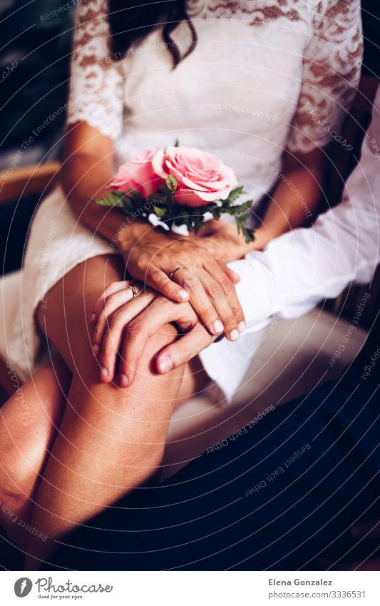 Neuvermähltes Paar mit ihren Eheringen. Feste & Feiern Hochzeit Hand Finger Blumenstrauß Liebe Zusammensein Gefühle Vertrauen Romantik Ewigkeit Farbe Ordnung
