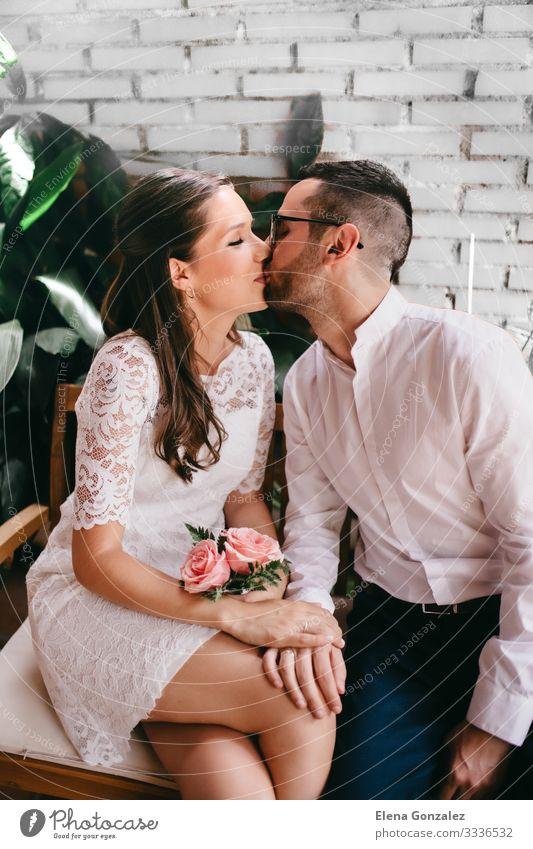 Neuvermähltes Paar beim Streicheln und Küssen Feste & Feiern Hochzeit Frau Erwachsene Mann Finger Rose Blumenstrauß Liebe Gefühle Romantik Ewigkeit Tradition