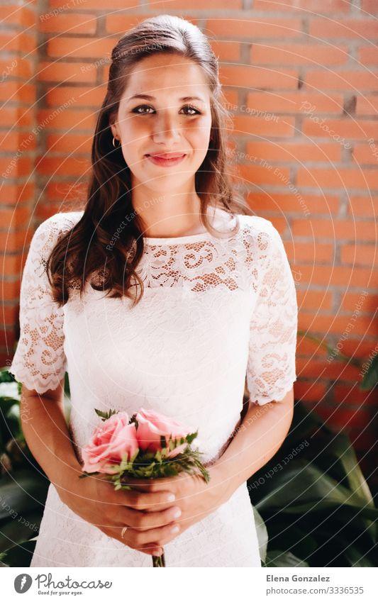 Braut hält ihren kleinen Hochzeitsstrauß aus rosa Rosen. feminin Frau Erwachsene Pflanze Blumenstrauß Liebe Zusammensein Romantik Farbe Idee Ordnung Tradition