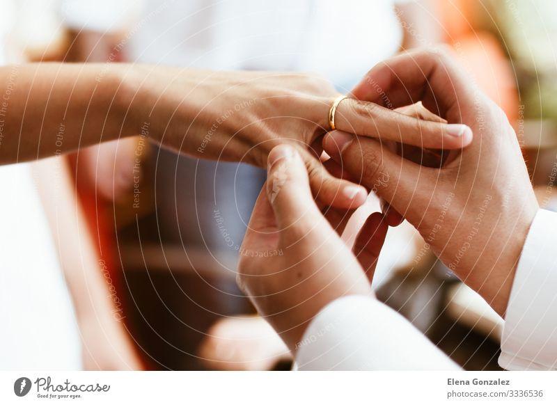Mann steckt der Frau den Ehering an den Finger. Feste & Feiern Hochzeit Erwachsene Hand Liebe Zusammensein Gefühle Vertrauen Partnerschaft Ewigkeit Zukunft