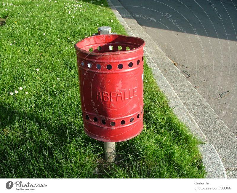 mülleimer Müll Eimer rot Häusliches Leben Ende Rasen mülleimer. papierkorb leer trashig Schatten gün Straße