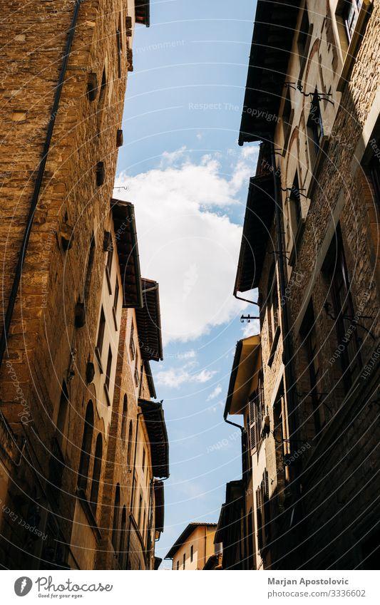 Straßenansicht der Dächer in einer engen Straße in Florenz Architektur Italien Europa Kleinstadt Stadt Altstadt Gebäude Mauer Wand historisch einzigartig