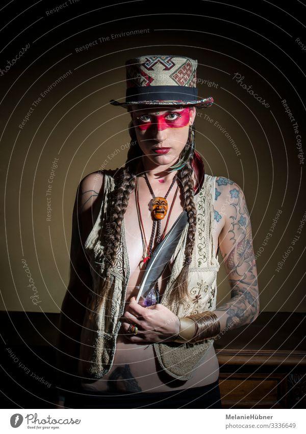 Tattooed Girl Körper Haare & Frisuren Schminke Lippenstift feminin Haut 18-30 Jahre Jugendliche Erwachsene braun rot Hut Indianer Metallfeder Kostüm Schmuck