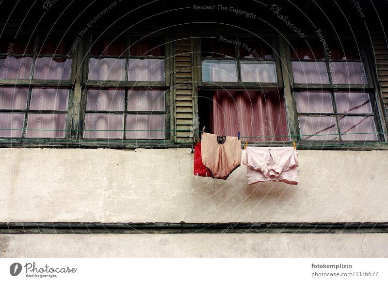 wäscheleinen fenster Fassade Fenster Bekleidung T-Shirt Unterwäsche hängen retro Reinlichkeit Sauberkeit bescheiden Senior Armut Einsamkeit Leben Nostalgie
