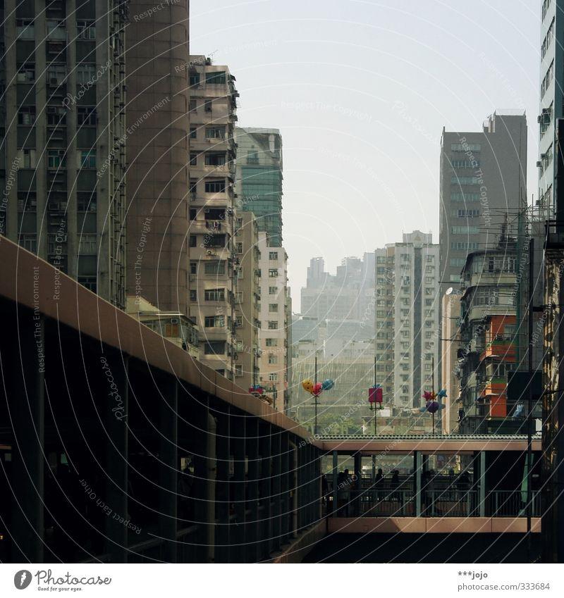 mong kok madness. Stadt grau Stadtleben Hochhaus trist Perspektive Beton Brücke Asien China eng Fußgänger Plattenbau Wohnsiedlung Hongkong bevölkert