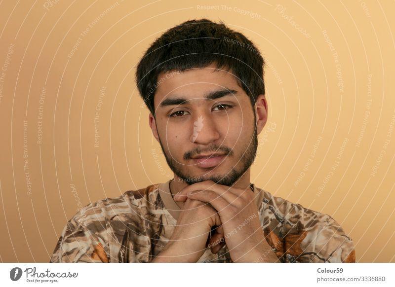 Portrait von jungem Mann Stil Mensch Haare & Frisuren Gesicht Auge Mode Erotik trendy portrait Hintergrundbild Model kinn vollbart schwarzhaarig augen hände