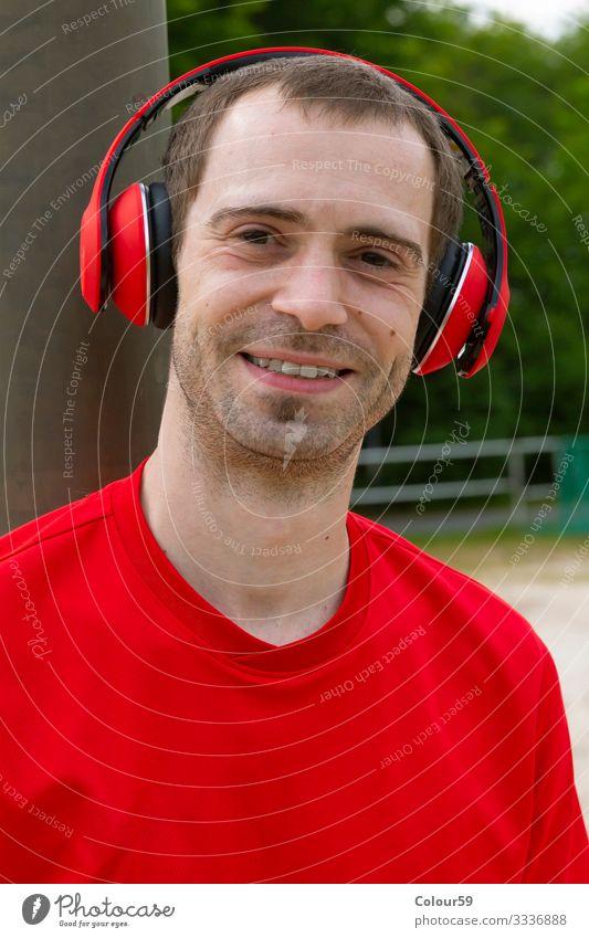 Musik hören Lifestyle Freizeit & Hobby Sport Mensch Park Fitness Kraft Sport-Training Motivation musik hören mann freundlich jung freizeit draussen training