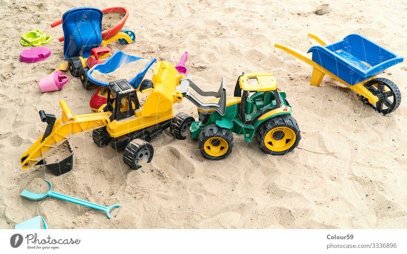 Bunte Spielsachen im Sand Freude Sommer Strand Kindergarten Natur gelb Hintergrundbild Bagger spielsachen kinderspielsachen spielzeug sandkasten kindheit