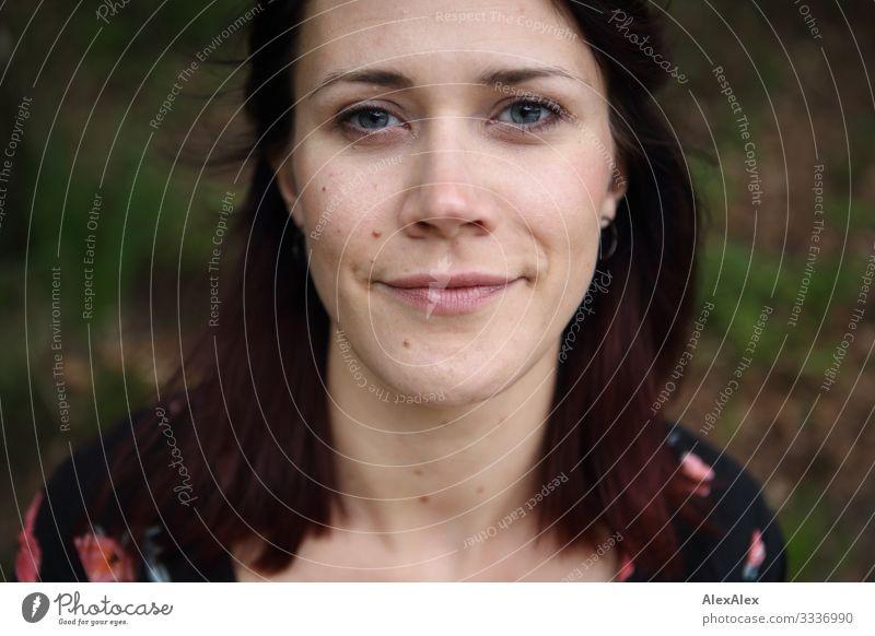 Portrait einer jungen Frau mit dezentem Lächeln Lifestyle Freude schön Wohlgefühl Junge Frau Jugendliche Gesicht 18-30 Jahre Erwachsene Schönes Wetter Kleid