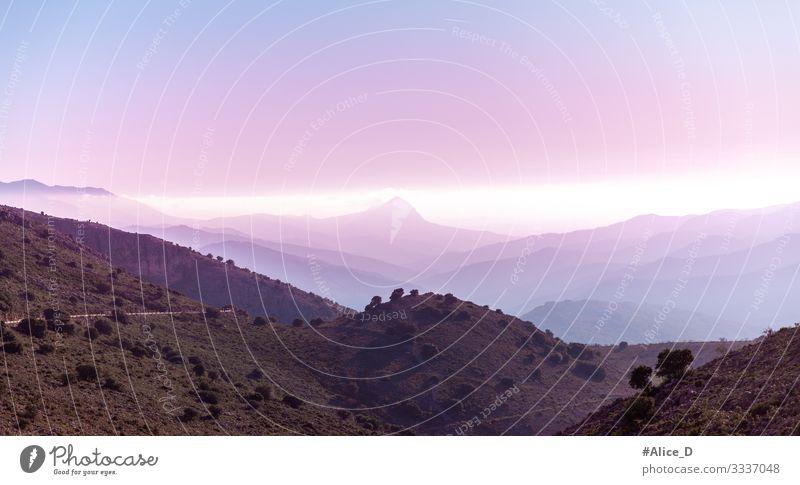 violett nebelige Gebirgssonnenaufgang in Andalusien Himmel Natur blau Farbe Landschaft ruhig Wald Ferne Berge u. Gebirge Umwelt Freiheit rosa Stimmung Design