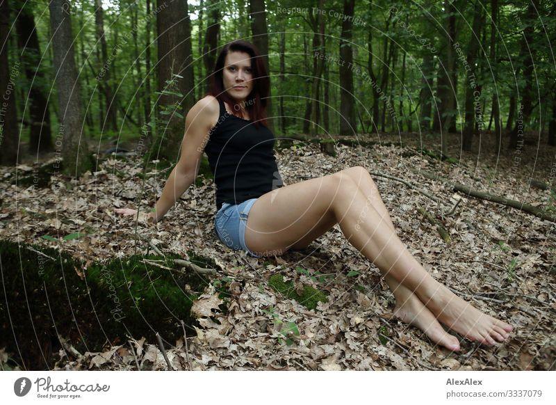 Portrait einer großen jungen Frau im Wald Freude schön Leben Ausflug Junge Frau Jugendliche Beine 18-30 Jahre Erwachsene Landschaft Pflanze Sommer