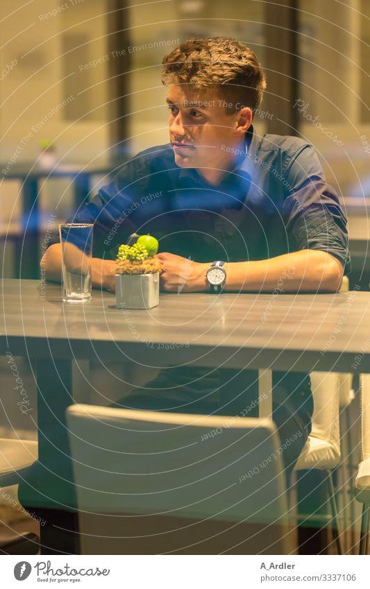 junger Mann in der Bar Mensch Jugendliche schön Junger Mann Einsamkeit 18-30 Jahre Essen Lifestyle Erwachsene natürlich Stil Business Denken Stimmung maskulin