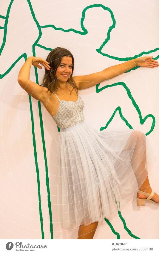 hoch das Bein Leben Party Feste & Feiern Tanzen feminin Junge Frau Jugendliche 1 Mensch 18-30 Jahre Erwachsene Mode Kleid brünett langhaarig Bewegung Fitness