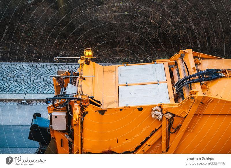 Müllabfuhr Umwelt Güterverkehr & Logistik Müllmann Müllverwertung Müllentsorgung Müllwagen Restmüll Recycling orange Straße Lastwagen Stadt Umweltverschmutzung