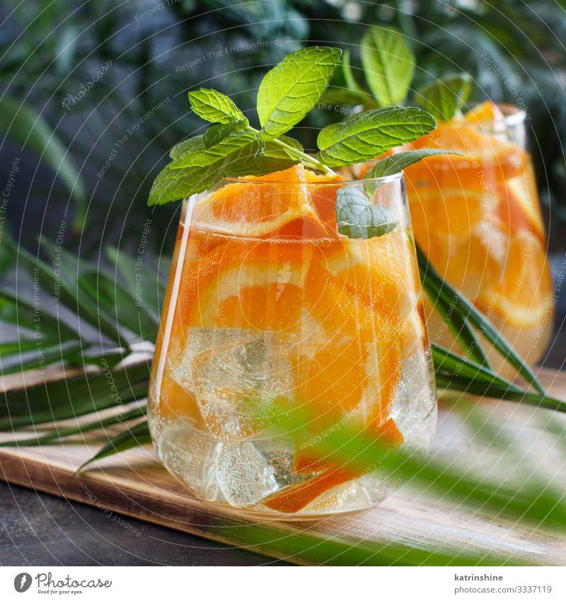 Hausgemachter erfrischender Mocktail mit Soda und Orangensaft Frucht Getränk Limonade Saft Ferien & Urlaub & Reisen Sommer Blatt Coolness natürlich grün rot