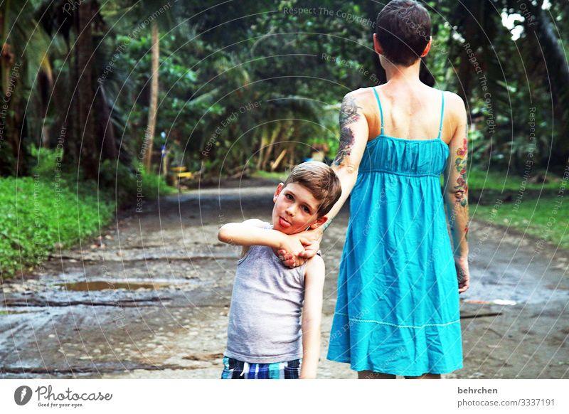 <3 Zufriedenheit glücklich Glück Freude Fröhlichkeit Liebe spazieren Hand in Hand Mutter Vertrauen Abenteuer Tourismus Ausflug Familie Zusammensein gemeinsam