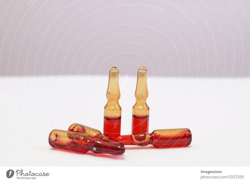 Serum B12 mit Vitamin C in Ampullen zur medizinischen Behandlung. horizontale perspektivische Ansicht von vielen braunen Ampullen in pharmazeutischen Verpackungsbehälter gesetzt. Vitamin Konzept