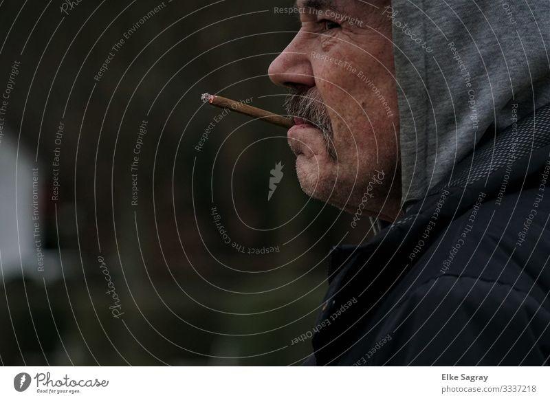Menschen am Rand der Gesellschaft maskulin Weiblicher Senior Frau 1 60 und älter atmen Denken Rauchen authentisch grau schwarz Wachsamkeit Vorsicht Gelassenheit