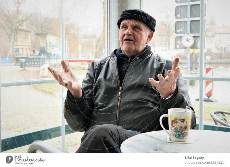 Mann mit Kaffeetasse....ja was nun ? Mensch maskulin Männlicher Senior 1 60 und älter sprechen Kommunizieren authentisch Coolness grau schwarz selbstbewußt klug