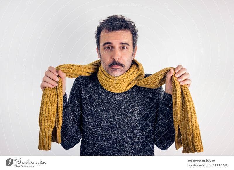 Trauriger, brünetter Mann mit Schnurrbart, grauem Trikot und gelbem Schal. Wunde Kehle Erwachsener braun Pflege Kaukasier kalt Krankheit Ausdruck Gesicht Fieber