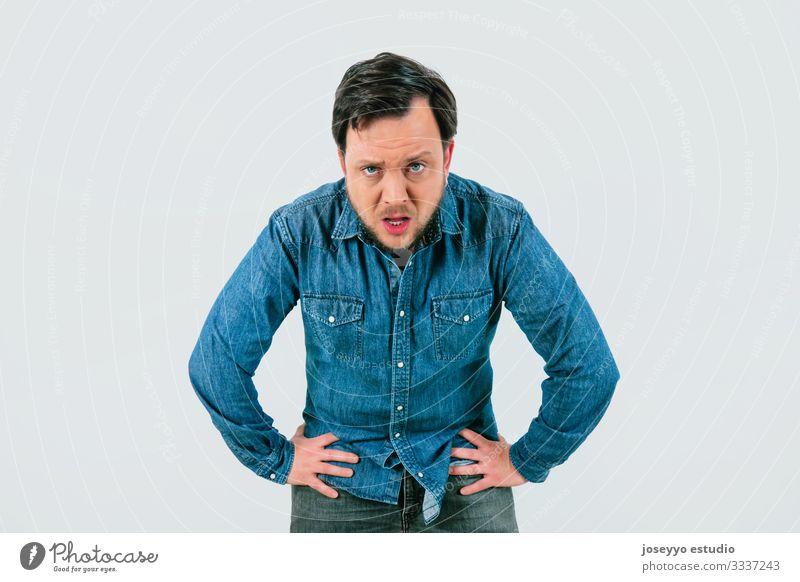 Junger Mann mit Ausdruck von Müdigkeit und Erschöpfung. Denim-Hemd und isolierter grauer Hintergrund. 30-40 Jahre Inserat Werbung Qual Belästigung Angst