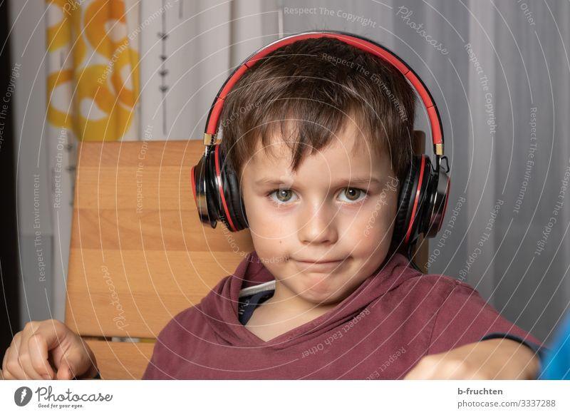 Musik hören Freizeit & Hobby Kind MP3-Player Gesicht 1 Mensch T-Shirt Erholung sitzen Coolness Freundlichkeit Fröhlichkeit Freude Lebensfreude Kopfhörer