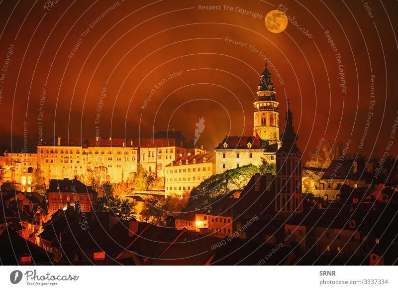 Cesky Krumlov Ferien & Urlaub & Reisen Tourismus Ausflug Sightseeing wandern Stadt Altstadt Burg oder Schloss Platz Architektur alt dunkel retro antik