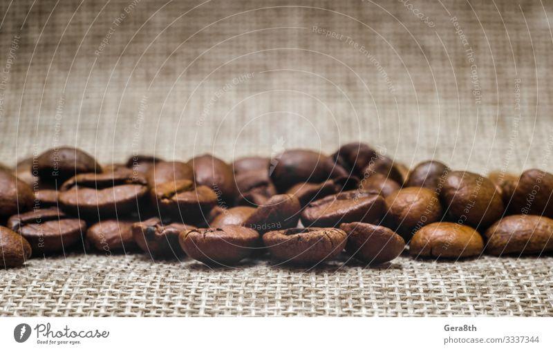 viele Kaffeebohnen auf einem Mattierungsmakro Frühstück Stoff dunkel frisch natürlich braun schwarz Energie Farbe aromatisch Hintergrund Bohnen beige Unschärfe