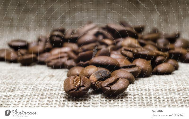 Haufen gerösteter Kaffeebohnen auf einem Mattierungsmakro Frühstück Stoff dunkel frisch natürlich braun schwarz Energie Farbe aromatisch Hintergrund Bohnen