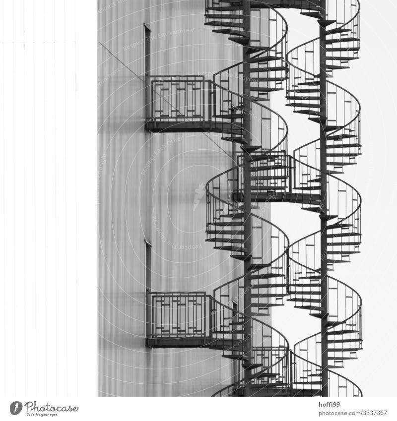 doppelte Wendeltreppe nebeneinander Industrieanlage Lagerhalle Mauer Wand Treppe Fassade Notausgang Stahl Linie Kurve DNA schwingen ästhetisch elegant hoch