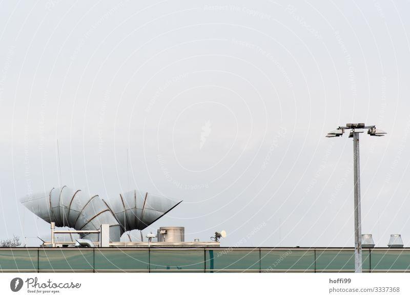 urbaner Dialog Wolkenloser Himmel Industrieanlage Fassade Dach Schornstein Laterne Laternenpfahl Lüftung Lüftungsschacht Abluft Metall ästhetisch einfach