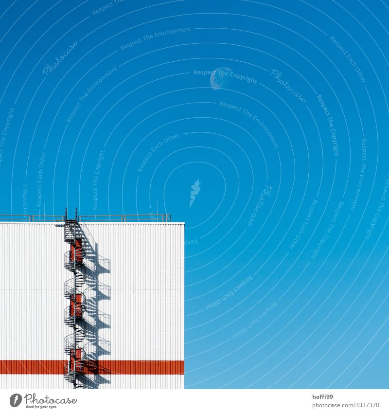 Wendeltreppe mit Mond Wolkenloser Himmel Sonne Schönes Wetter Fabrik Architektur Mauer Wand Treppe Fassade Notausgang Geländer außergewöhnlich eckig einzigartig