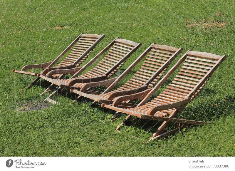 Liegestühle aus Holz auf Wiese Lifestyle schön Ferien & Urlaub & Reisen Ausflug Sonnenbad Mensch Umwelt Natur Klimawandel Garten Park genießen schlafen braun