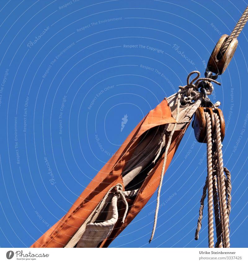 Detail der Takelage eines Segelschiffs Schiff Segeln Boot Tau Seil Flaschenzug Takelwerk Blöcke aufgetakelt Spule Schifffahrt Wasserfahrzeug Segelboot Himmel