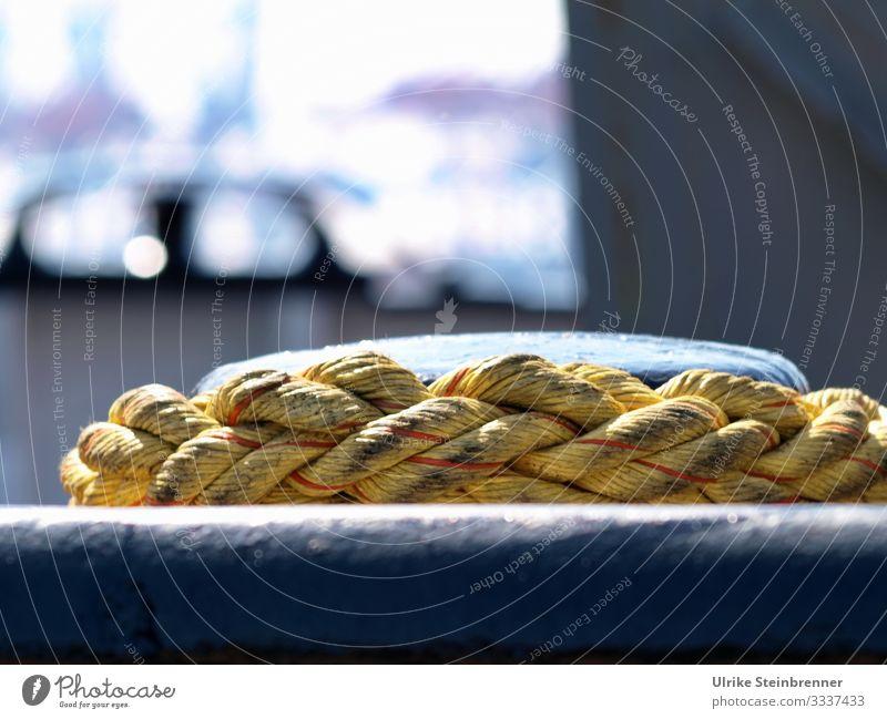 Gelbes Schiffstau im Hafen am Kai um einen Poller gelegt Tau Seil gelb Festmacherleine festmachen Tauwerk Trosse Schifffahrt maritim angebunden Halt Hafenkante