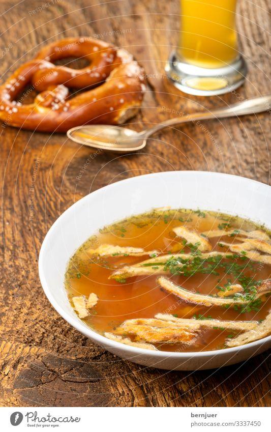 Pfannkuchensuppe Suppe Eintopf Mittagessen Abendessen Geschirr Teller Schalen & Schüsseln Kultur Holz gelb bayerisch bayrisch österreichisch frittate frittaten