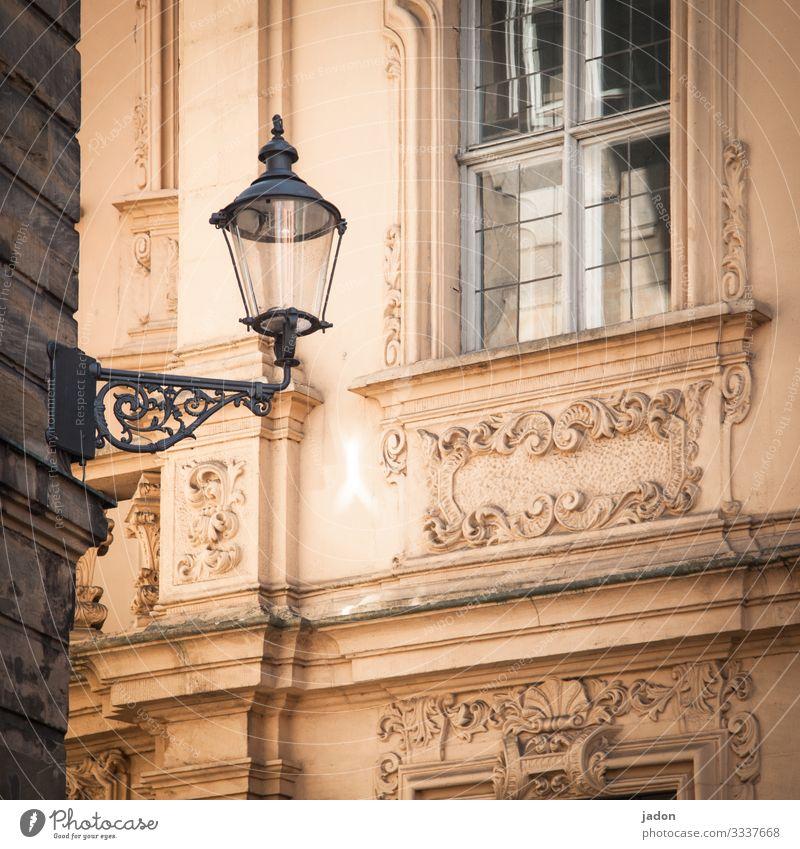 fenster (zu). licht (aus). fassade (schick). hausecke (eckig). Laterne Licht Lampe Straße Straßenbeleuchtung Fassade Stuck Fenster historisch alt Quadrat