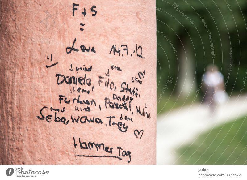love. Ausflug Mensch 1 Printmedien Natur Gras Park Stadt Mauer Wand Wege & Pfade Schriftzeichen Graffiti Liebe Information Farbfoto Außenaufnahme Unschärfe