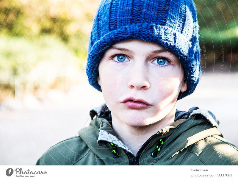 blaue mütze, blaue augen Cool Coolness Sonnenlicht intensiv Porträt Kontrast Licht Tag Lippen Mund Gesicht Nase Auge Kindheit Kopf Familie & Verwandtschaft