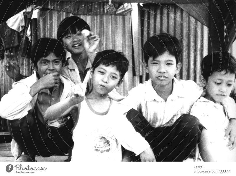 Kinder in Kambotscha Junge Freundschaft Menschengruppe kambotscha Schwarzweißfoto