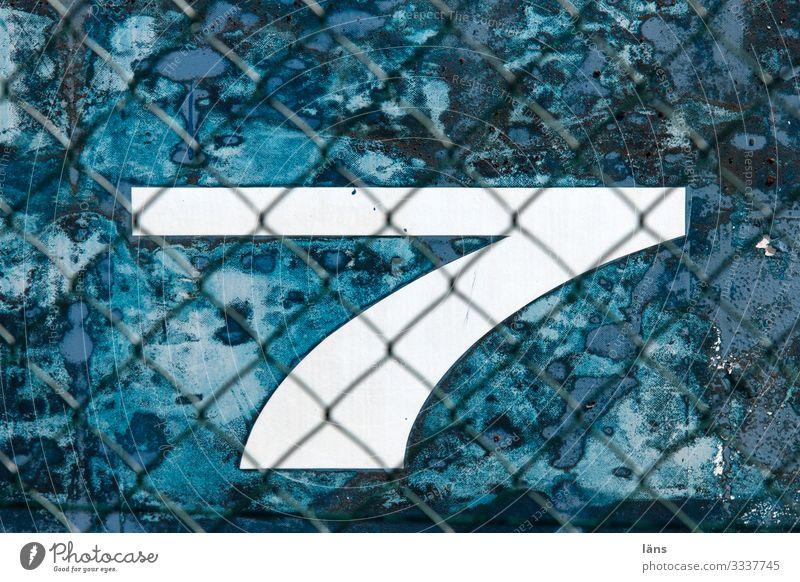 sieben Hamburg Hamburger Hafen Mauer Wand Schifffahrt Ziffern & Zahlen blau 7 Maschendrahtzaun blau-weiß Schutz Farbfoto Außenaufnahme Muster