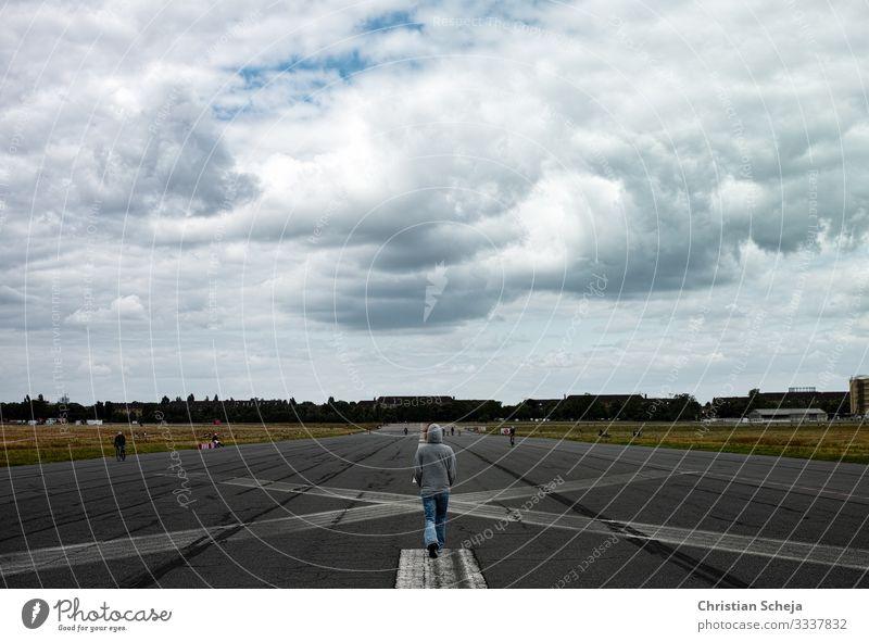 Landing Frau Erwachsene 1 Mensch Berlin Berlin-Tempelhof Flughafen Landebahn Erholung gehen dunkel Unendlichkeit Enttäuschung Einsamkeit Endzeitstimmung