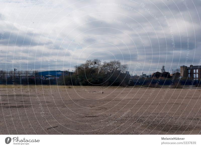 Freies Feld im urbanen Raum London Wiese Hauptstadt Stadtrand überbevölkert Menschenleer Platz trist Greenwich Großbritannien Wolken Himmel Farbfoto
