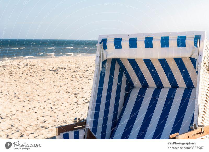 Strandkorb auf einem deutschen Strand an der Nordsee auf Sylt Erholung Sommer Meer Sand Schönes Wetter Küste Optimismus Friesische Insel Deutscher Strand