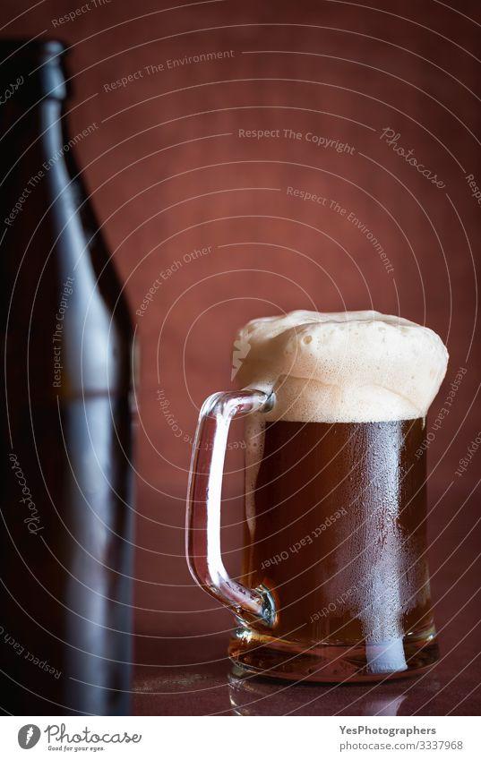 Schwarzbier in einem Pint mit Schaum. Dunkler Bierkrug. Kaltes Getränk Erfrischungsgetränk Tasse Flasche Glas Tisch Restaurant Feste & Feiern