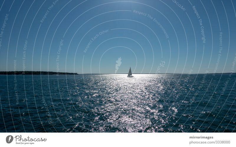 Segelboot-Freiheit auf offener See an einem hellen, windigen Tag Lifestyle Reichtum schön Erholung ruhig Ferien & Urlaub & Reisen Ausflug Abenteuer Sommer Sonne