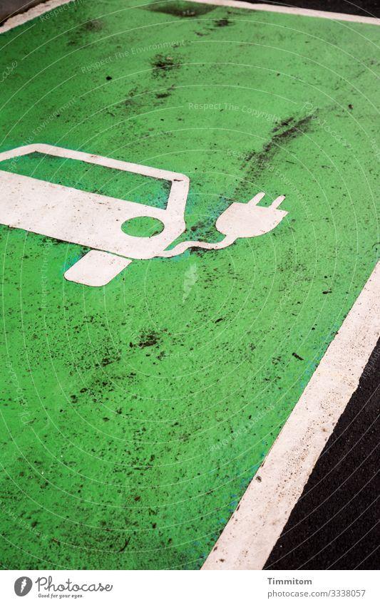 E-Auto tanken Umwelt Dorf Verkehr PKW Zeichen Linie warten grün schwarz weiß Gefühle Parkplatz E-Mobilität Ladestation dreckig Farbfoto Außenaufnahme