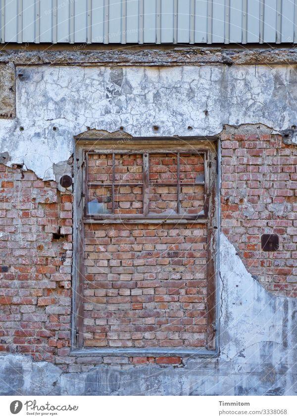 lost places | Teilansicht einer Fassade Reste Ziegelsteine Beton Verkleidung Zahn der Zeit Endzeitstimmung verfallen Ruine Vergänglichkeit Architektur