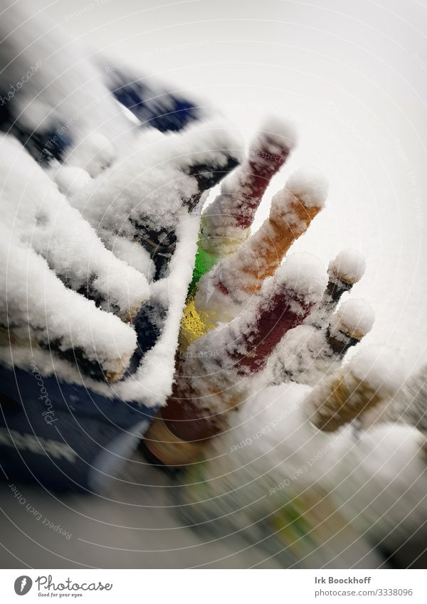 verschneite Flaschen auf dem Balkon Getränk Alkohol trinken Silvester u. Neujahr Winter Schnee Glas kalt Freude Farbfoto Außenaufnahme Menschenleer Dämmerung